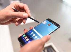 Ein Samsung Galaxy Note 7 wird am 02.09.2016 auf der Internationalen Funk-Ausstellung IFA 2016 bedient. Samsung zieht angesichts von überhitzen Akkus und Brandgefahr das neue Modell aus dem Verkehr. Foto: Jannis Mattar/dpa (zu dpa «Samsung ruft neues Smartphone Galaxy Note 7 zurück» vom 02.09.2016) +++(c) dpa - Bildfunk+++