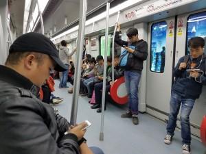 WeChat-Nutzer in der U-Bahn