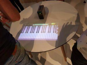 Klavierspielen mit dem Projektor Experia Touch von Sony