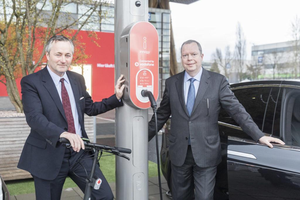 Vodafone Deutschland Chef Hannes Ametsreiter und innogy Vorstandsvorsitzender Peter Terium präsentieren die intelligente, digital vernetzte Laterne.